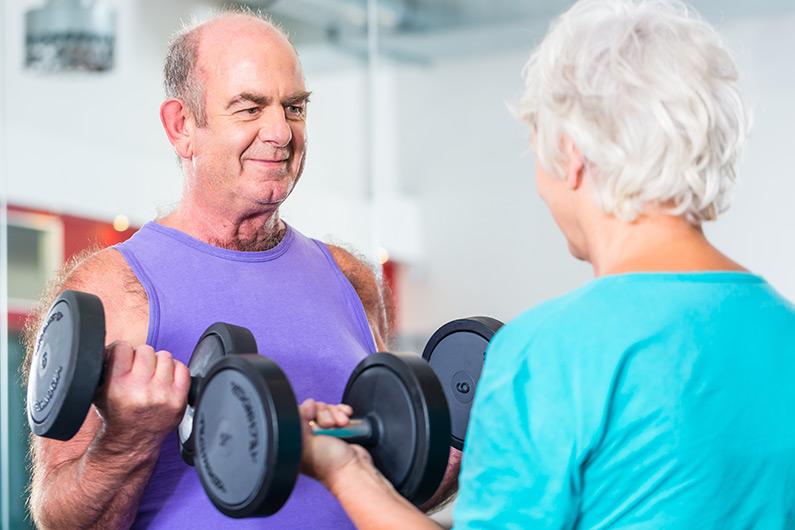 Können auch Senioren mit Hanteln trainieren?