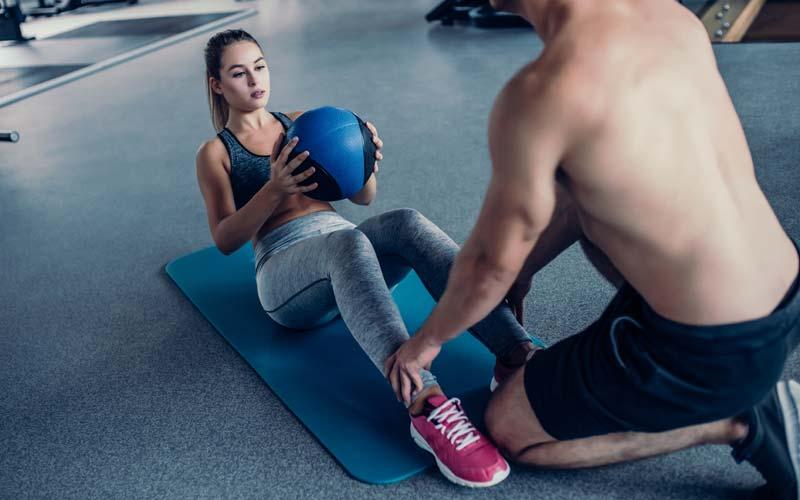 Sit-ups - Ausführung mit zusätzlichem Gewicht.
